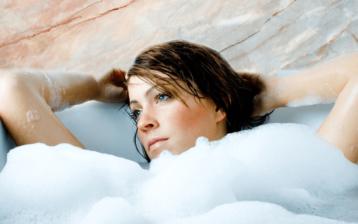 Frau in Badewanne mit Schaum