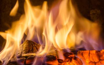Feuer mit Flammen auf Glut